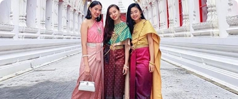 girls at traditional thai costume